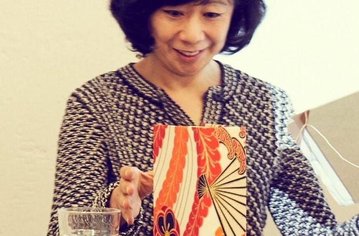 Kiyomi erklärt ihr Kartonage-Konzept