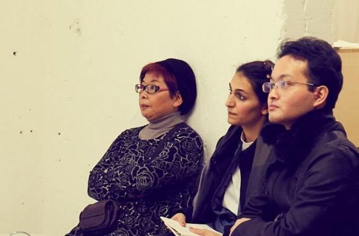 Keiko, Anna und Kenji hören aufmerksam zu